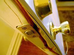 Puerta rajada por la parte de en medio de su grosor. Un cerrajero urgente evita este problem.